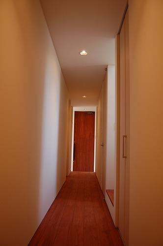 廊下に落ちる自然光